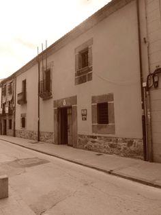 Cárcel. Fue comparada en 1652 a la parroquia. antes se usaron como cárcel la Casa del Concejo y después el Castillo de Valdecorneja