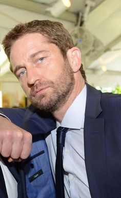 Those eyes. Those lips. (hits the floor) Gerard Butler is seriously hot! Actor Gerard Butler, Paisley, Ps I Love, Poster Boys, Star Wars, Handsome Actors, Men Looks, Cute Guys, Gorgeous Men