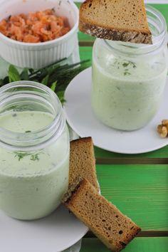 Kalte Gurken-Joghurt-Suppe mit Walnüssen und Lachs