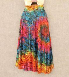 Pra colorir a vida! Conheça nossas lindas saias artesanais tiedye.  De 12990 por 8990. E o frete está grátis nas compras acima de 15000.  #colors #saia #tiedye #holi