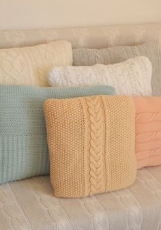 Can't wait to learn how to make these for my home ~ jody El color azul. Knitting Projects, Crochet Projects, Knitting Patterns, Sewing Projects, Crochet Patterns, Sweater Pillow, Crochet Pillow, Knit Crochet, Diy Pillows