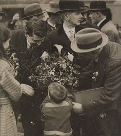 Michael Collins accepting a Bouquet of Flowers from a child in Cork. Michael Collins October 1890 – 22 August was an Irish revolutionary leader. Ireland 1916, Easter Rising, Michael Collins, 16 October, Ireland Homes, Free State, High Art, European History, My Heritage