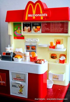 McDonald's - Sugerencias y Pensamientos e Ideas Miniature Crafts, Miniature Food, Miniature Dolls, Little Girl Toys, Toys For Girls, Baby Girl Toys, Girl Dolls, Barbie Dolls, Barbie Doll House