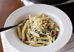 Boursin Pasta is a 15 minute dinner idea that will be a success each and every time. Then whip up this delightful and cheesy dish and tickle your tastebuds. Herb Pasta Recipe, Boursin Recipes, Boursin Cheese, Garlic Cheese, Creamy Pasta Dishes, Vegetarian Pasta Recipes, Pasta Bake, How To Cook Pasta, Cheese