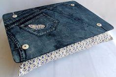 Apoio de colo para notebook em mdf pintado com efeito jeans. Sua almofada é em tecido 100% algodão com enchimento de espuma siliconada. Ideal para notebooks de até 15 polegadas. Super moderno e charmoso!