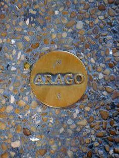 L'un des135 médaillons en bronze (les Médaillons Arago) de 12 cm de diamètre, fixés au sol le Iong du méridien de Paris, entre le nord et le sud de Paris .