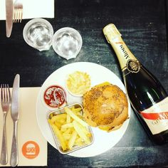 J-2 #burgerchampagne with @fastandfood & @pretty_d_good