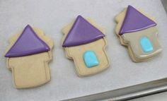 Sugarbelle - Tangeled Cookies 2 -Next, fill the cookie. Start with the roof, add a window using blue icing, let it dry until the window has set then flood the rest using the stone color. Tangled Birthday Party, Birthday Parties, Princess Birthday, 4th Birthday, Birthday Ideas, Mickey Mouse Clubhouse, Minnie Mouse Party, Mouse Parties, Royal Icing Cookies