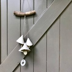 Blij om dit item uit mijn shop te delen: Four handmade ceramic bells with several beads, hanging from a weathered wooden branch. Artisan windchime or wallhanging. Unique Garden Decor, Unique Gardens, Bell Home, Handmade Ceramic, Handmade Home Decor, White Porcelain, Wind Chimes, Artisan, Ceramics