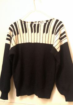 I would be the cheesy person whi wears this with matching piano key tights 80s And 90s Fashion, Teen Fashion, My Pool, Scarf Styles, Sweater Weather, Dress To Impress, Knitwear, Cool Outfits, Baggy Sweaters