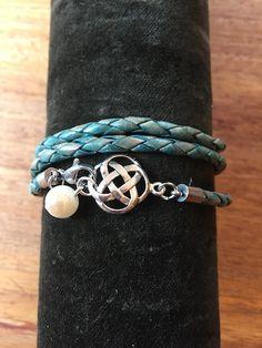 """LaFibula.com - Armband  Bracelet leather  Das Wickelarmband """"Alina"""" habe ich aus einem geflochtenen rotbraunen Lederband gefertigt. Du hast die Wahl zwischen 3mm (17,-) und 4mm (19,-) Lederband. (siehe Fotos)  Der Anhänger """"Alina"""" ist aus Sterling-Silber, die Perle aus perlmuttfarbenen Glas."""