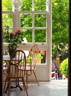 Galería café con vistas al jardín Hotel Costa Vella Santiago