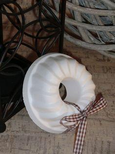 Kleiner Gugelhupf aus Beton in weiß von Little Things auf DaWanda.com