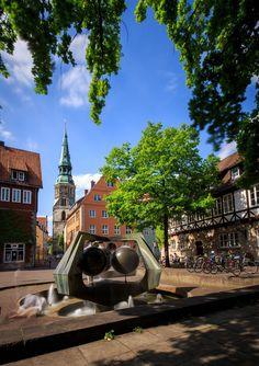 De Ballhofplatz, een eeuwenoud plein in Hannover dat vroeger voor sport en spel werd gebruikt. Nu vind je er mooie gebouwen en leuke cafés! Bekijk alle (gratis!) bezienswaardigheden in Hannover.