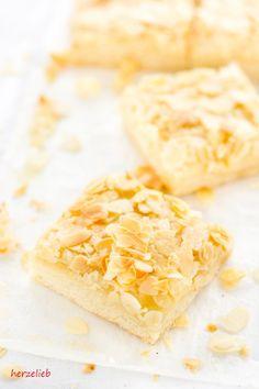 Saftiger Butterkuchen vom Blech - ein Familienrezept von  herzelieb  Backen, Butter, einfach, Kuchen, leicht, Mandeln, Rezept, süß