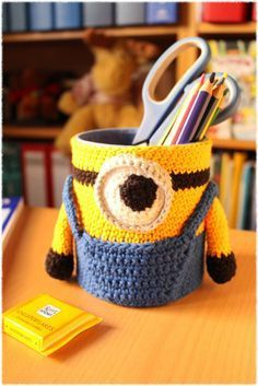 A minion on the desk – Baby Utensils Ideas Crochet Mug Cozy, Quick Crochet, Designer Baby Bags, Minion Pattern, Despicable Minions, Minion Crochet, Crochet Shoulder Bags, Crochet Market Bag, Crochet Bookmarks