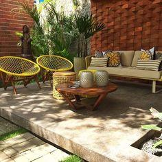 casa cor paraíba - gazebo e jardim - mobiliário externo com tons de madeira e amarelo - sofás, poltronas e garden seats - parede em tijolo