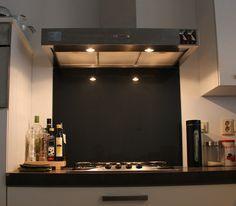 Hoogglans zwarte glazen achterwand voor achter het fornuis. Standaard maat dus snel geleverd.