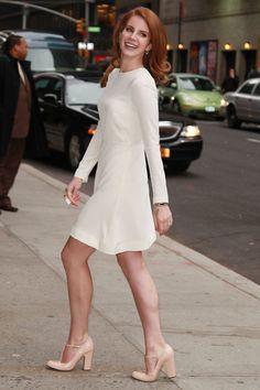 Lana del Rey en vestido retro de tablas y sus zapatos en tono nude.... *-*