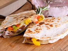 Receta | Piadina con pimiento rojo, verde y amarillo, queso de tetilla y porchetta - canalcocina.es