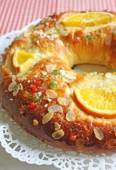 Rosca De Reyes Recipe - Kings The Roscón de Reyes is one of those and recipes that I believe will never be lost because we all adore them and we look forward each year to the time to try them again Mexican Sweet Breads, Mexican Bread, Mexican Food Recipes, Sweet Recipes, Köstliche Desserts, Delicious Desserts, Dessert Recipes, Yummy Food, Pan Dulce