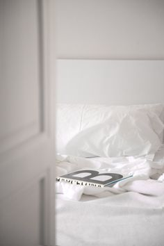 Coupe de Foudre //PiP Studio Bedroom decor BedRoom a room in the woods Bedroom Unmade Bed, Interior And Exterior, Interior Design, White Bedding, Beautiful Bedrooms, White Walls, Decoration, Bedroom Decor, Design Bedroom