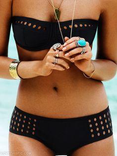 Bold jewels + Black bikini = Beach chic