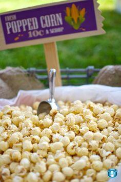 Un contenedor enorme de palomitas para la fiesta / A huge popcorn container for the party