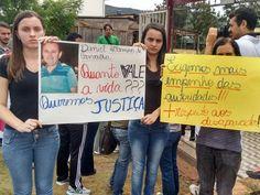 Parentes fazem protesto e pedem que buscas por desaparecidos não parem Grupo se manifestou na manhã desta sexta-feira no Centro de Mariana. Corpo de Bombeiros disse que as buscas não serão interrompidas.