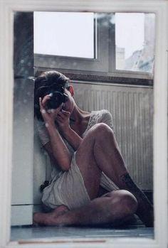鏡越しの自分を撮影した1枚。 鏡のフレームや表面のくもりが不思議な雰囲気を演出しています。