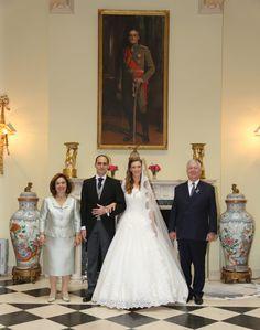 Los novios posando con los príncipes herederos Alexander y Katherina de Serbia, que les obsequiaron con un banquetes de bodas en el Palacio Blanco de Belgrado. 26.10.2016