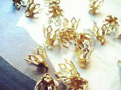 A63-1 50pcs Raw Brass Gorgeous Golden Flower Heart Bead Caps 8mm