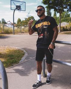 Check out 5 menswear trends for 2019 - urban Black Men Street Fashion, Best Mens Fashion, Men's Fashion, Mens Fashion Shorts, Black Men Summer Fashion, Men Shorts, Blazer Fashion, Fashion Night, Fashion 2020
