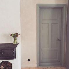 Ett stycke nyrenoverad dörr ✔️ #äggoljetempera #bergslagsgrön #kök #vedspis #lerklining #ovolin Tall Cabinet Storage, Bedroom, Inspiration, Furniture, Instagram, Happy, Home Decor, Biblical Inspiration, Decoration Home