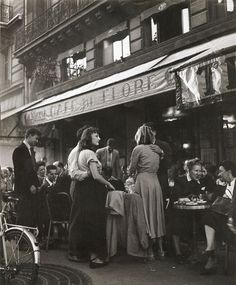 Café de Flore Saint-Germain-des-Prés (1945) Robert Doisneau.