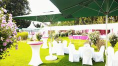 Stehtisch zu mieten mit Deko in Pink www.help-org.at Table Decorations, Pink, Furniture, Home Decor, Outdoor Camping, Getting Married, Celebration, Wedding, Deco