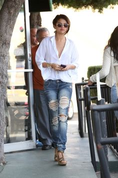 These distressed skinny jeans are so fab that even Selena Gomez wears them! These jeans are perfect for Fall boot weather! The jeans come in a medium wash with a one button fly with zipper and 5 pocke Selena Gomez Outfits, Mode Selena Gomez, Style Selena Gomez, Selena Gomez Fashion, Casual Chic, Style Casual, Trendy Style, Fashion Night, Look Fashion