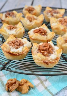 Geitenkaas, walnoot en honing hapjes – Laura's Bakery – puff pastry bites wi… – Its Delicious Recipes – Recipe Ideas I Love Food, A Food, Good Food, Food And Drink, Yummy Food, Appetizer Recipes, Snack Recipes, Cooking Recipes, Appetizers