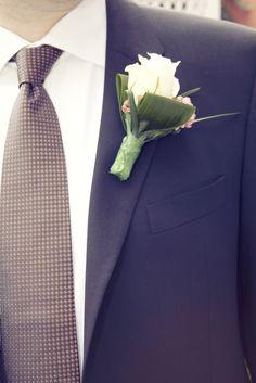 Sie erkennen den Bräutigam an der Blume.
