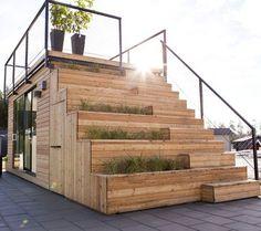 JABO har en friggebod som heter Steps    Friggeboden har en trappa upp till takterrassen. Både trappa och hus är fulla av dubbla och finurliga funktioner. Sittbänken döljer förvaring, trappan har odli
