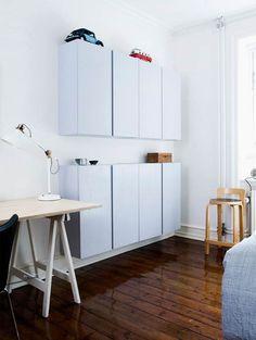 Emilie var ikke begejstret for at skulle have et stort klædeskab stående i soveværelset, så hun valgte i stedet at male Ikeas Ivar-moduler af fyrretræ grå. Hun købte dem ad flere omgange.