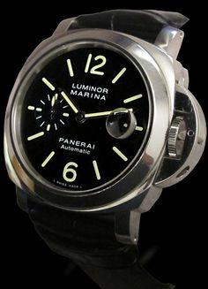 Panerai Luminor Marina Auto. Pam 104  Les montres Panerai, initialement destinées aux sous-mariniers italiens dans les années 50, sont aujourd'hui des pièces produites uniquement en série limitée. D'une taille de 44mm, leurs styles sont très contemporains. Très convoitées par les amateurs d'histoire et d'horlogerie, leur côte sur le marché de l'occasion reste très solide. Le modèle Luminor Marina est l' un des modèles les plus appréciés de la marque PANERAI.