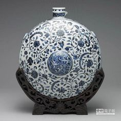 The picture shows the Mingle Yongle blue and white porcelain flower pattern flat pot, the Taipei Palace Museum collects Yongle blue and white porcelain … – Flowers Desing Ideas Blue And White Vase, Chinoiserie, White Porcelain, Ceramic Pottery, Picture Show, Flower Patterns, White Ceramics, Christmas Bulbs, Carving
