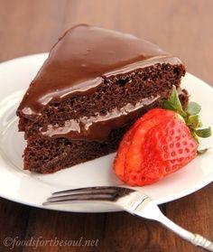 Bolo de chocolate com cobertura de chocolate fudgy.