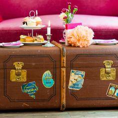 Tisch im Kofferdesign für eure Vintage Hochzeit