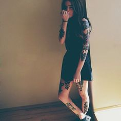 Oh pretty girl Hot Tattoo Girls, Sexy Tattoos For Girls, Inked Girls, Band Tattoo, I Tattoo, Hot Tattoos, Girl Tattoos, Tattoo People, Brunette Girl