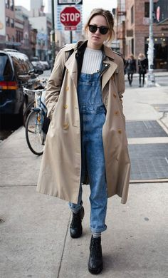 it girl - trench-coat-macacao-jeans - trenchcoat - inverno - street style Cropped Denim Jacket, Denim Overalls, Ripped Denim, Denim Outfit, Flannel Outfits, Jeans Jumpsuit, Trench Coats, Girls Trench Coat, Jean Outfits