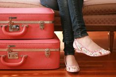The best and most popular pink luggage bags, tags and luggage sets. See the trendiest and coolest pink luggage rated by buyers. Pink Suitcase, Pink Luggage, Suitcase Packing, Travel Luggage, Vintage Suitcases, Vintage Luggage, Pack Your Bags, My Bags, Cute Fashion