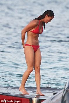 Pippa Middleton shows off washboard stomach during Caribbean holiday #dailymail