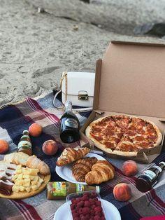 My kind of date night Romantic Picnic Food, Picnic Date Food, Romantic Dinners, Beach Picnic Foods, Think Food, I Love Food, Comida Picnic, Picnic Essentials, Photo Food